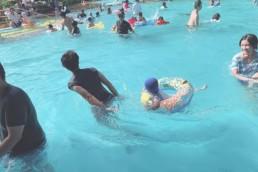 プールに入っている親子